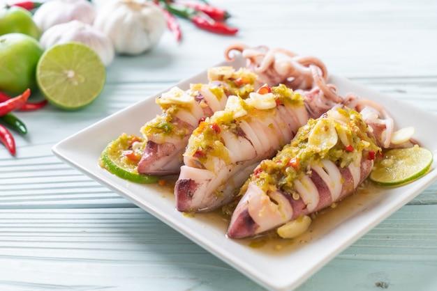 Тушеные кальмары с острым чили и лимонным соусом