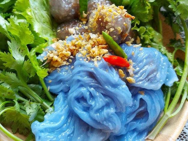 돼지고기 조리법으로 찐 타피오카 만두와 푸른 잎 양상추를 곁들인 쌀 껍질 만두