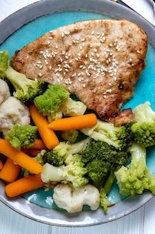 蒸し野菜と焼きたての七面鳥