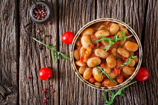 白豆と野菜のトマトソースの蒸し煮。