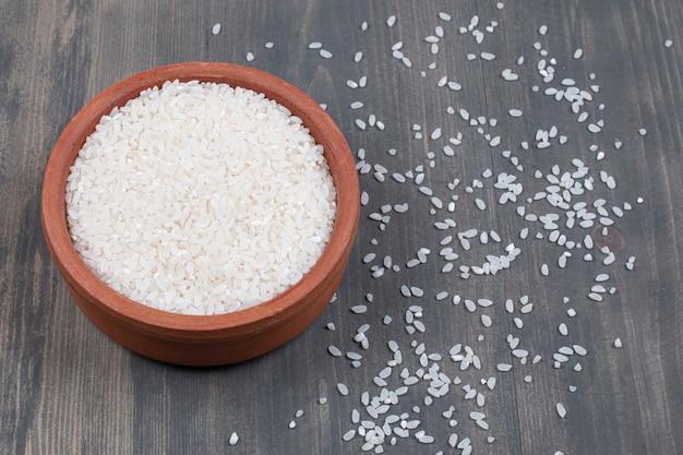 Вареный белый рис в керамической миске