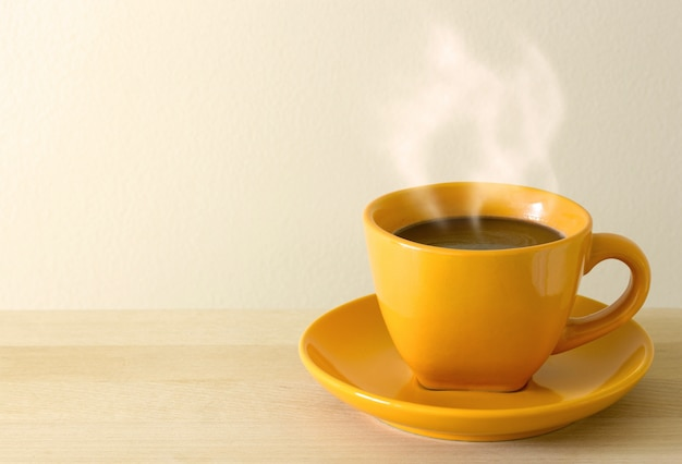 테이블에 김이 나는 커피 컵
