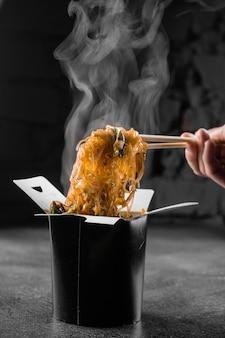黒い表面の鍋箱でビーフンを蒸す