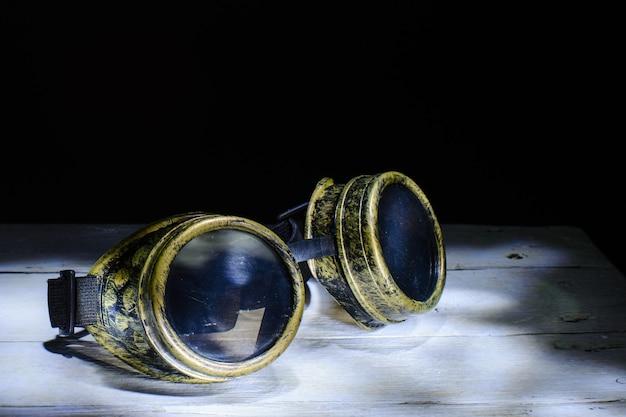 スチームパンクなメガネの金属のコラージュ。