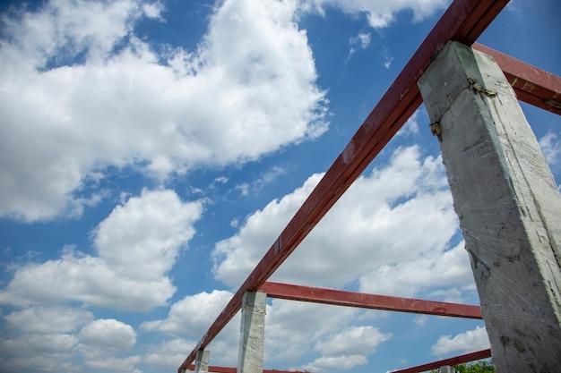 建設現場の晴天での鉄鋼とセメントの建設
