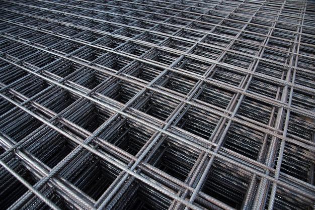 Стальной пруток железной проволоки на заводе. стальная арматура для железобетонной строительной площадки. стальная арматура для промышленного строительства