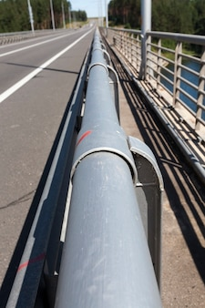 車の安全を確保するための道路上のスチールフェンス、道路上の安全を確保する複雑で強力な金属構造の一部