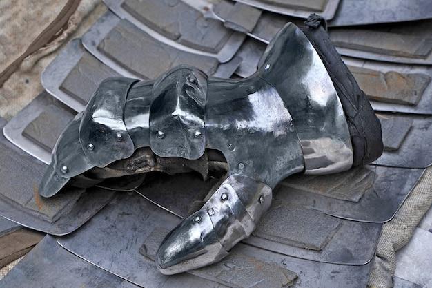 中世の騎士の鋼の手袋
