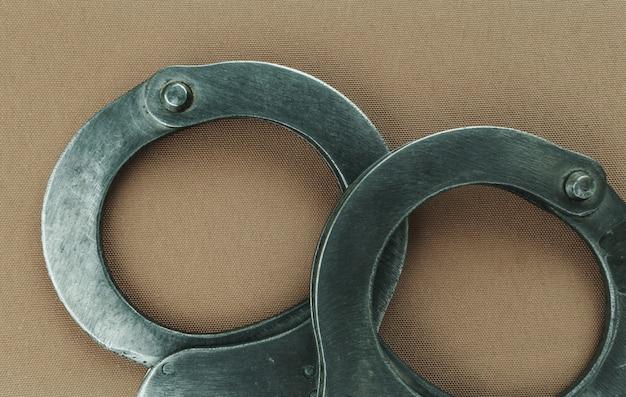 警察の特殊装備の鋼製手錠、足かせ