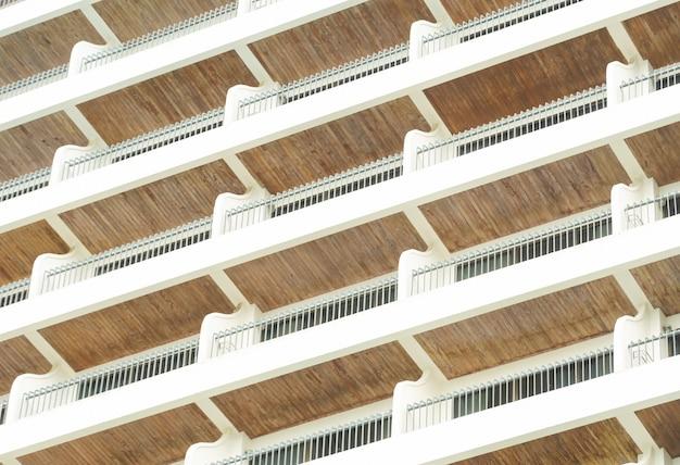 水平フレームの木製の色の背景に対する鋼のホテルのバルコニーの手すり