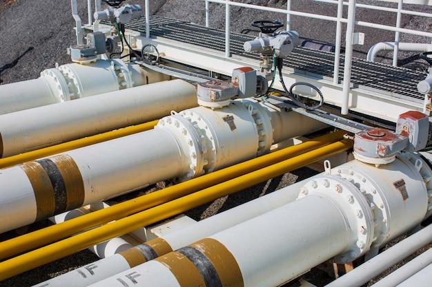 정유 중 스테이션 오일 공장의 강철 긴 파이프와 밸브 파이프 엘보.