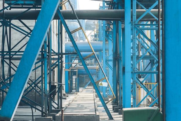 Стальные трубопроводы и кабели на заводе