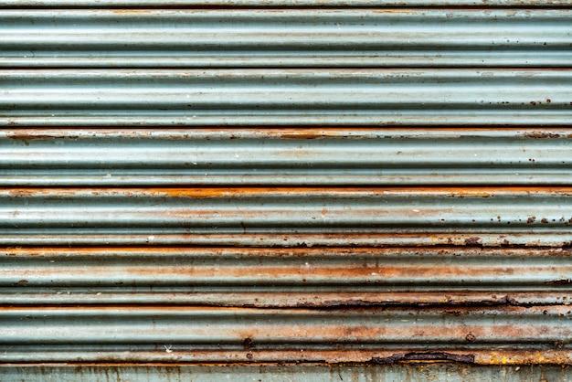 鋼の素朴なヴィンテージの転がり扉。素朴なシャッタードアの質感。背景に最適です。