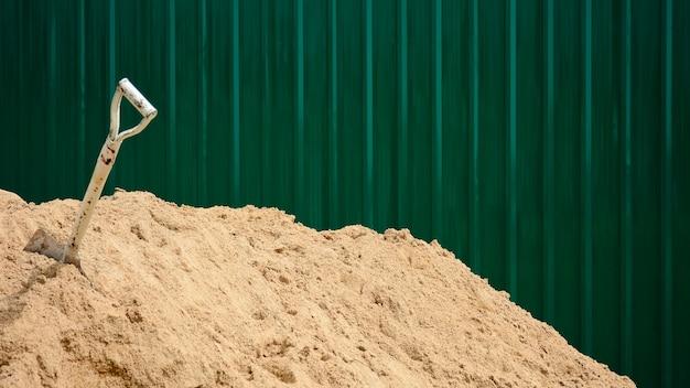 모래 더미에서 강철 삽