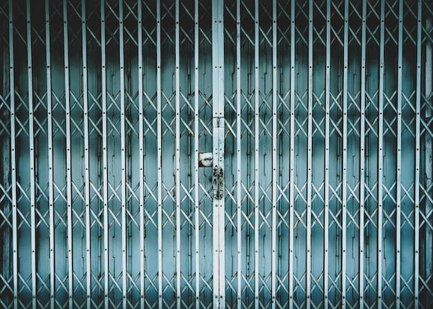 水色で塗られた鋼鉄引き戸