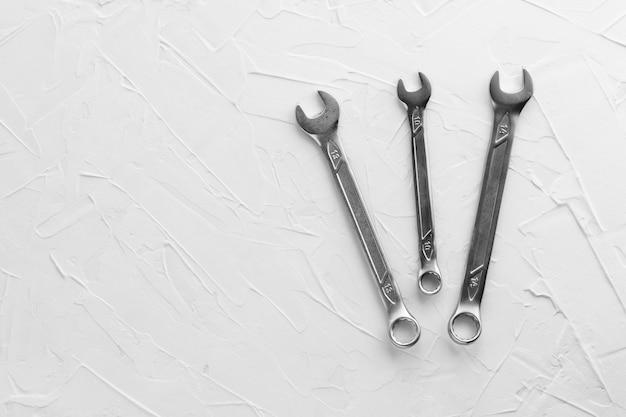 Ключи стальные разных размеров и диаметров. набор ключей хром-ванадиевых. металлический инструмент для ремонта автомобилей, сантехники, станков. скопируйте пространство.