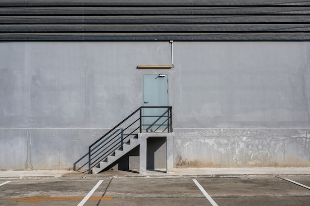 창고 유통의 강철 계단 및 방화문 및 주차장