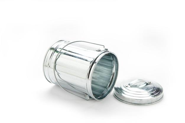 スチール製のゴミ箱は白い表面に分離できます。