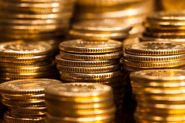 他の金属の混合物を含む鋼、それらに黄金色を与えるために処理されたコイン、コインは本物であり、支払いの手段として使用されます、コインは古く、いくつかの欠陥があります、クローズアップ