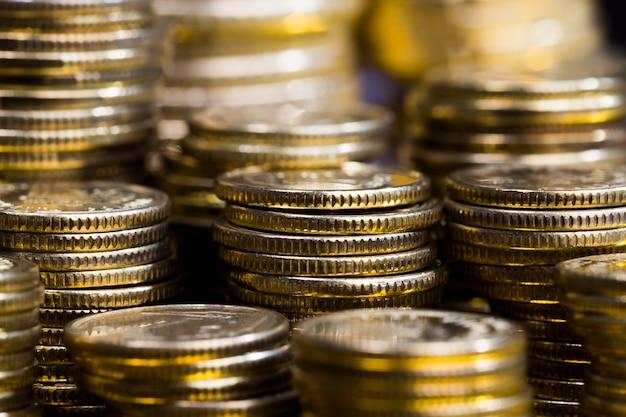Сталь с примесью других металлов, монеты обработаны для придания им золотого оттенка, монеты настоящие и используются в качестве платежного средства, монеты старые и имеют некоторые дефекты, крупный план