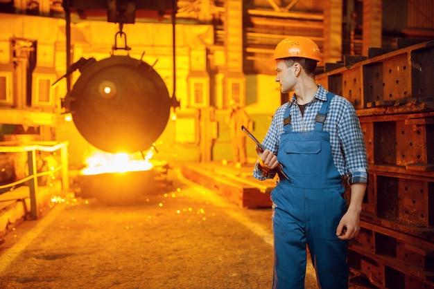 Сталевар, печь и жидкий металл в корзине, сталелитейный завод, металлургическая или металлообрабатывающая промышленность, промышленное производство чугуна на стане
