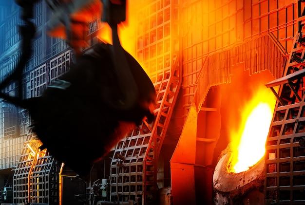 ワークショップで金属を注ぐ仕事中の鉄鋼労働者