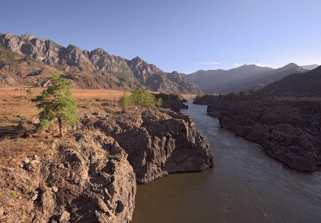 Крутые скалы ороктойский порог сосны на берегу косые лучи утреннего солнца
