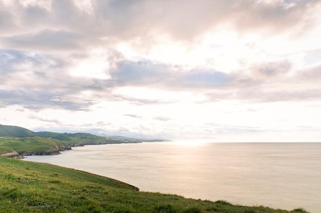 日没時の急な海岸