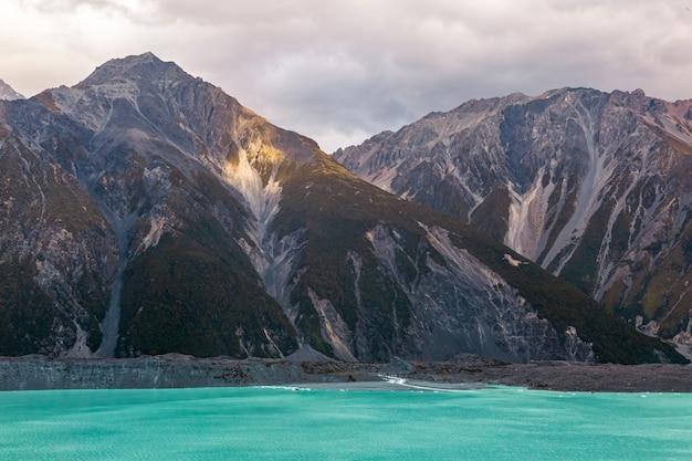 Крутые высокие скалы над озером тасман новая зеландия