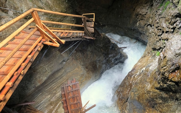 Крутая лестница вдоль водопада и скал в австрии