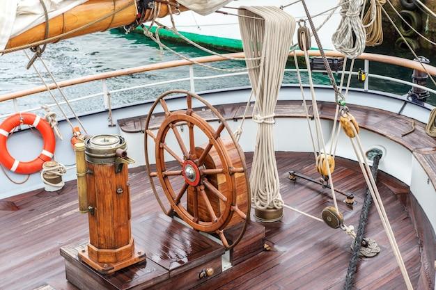 Рулевое колесо для капитана на старом паруснике. синиш