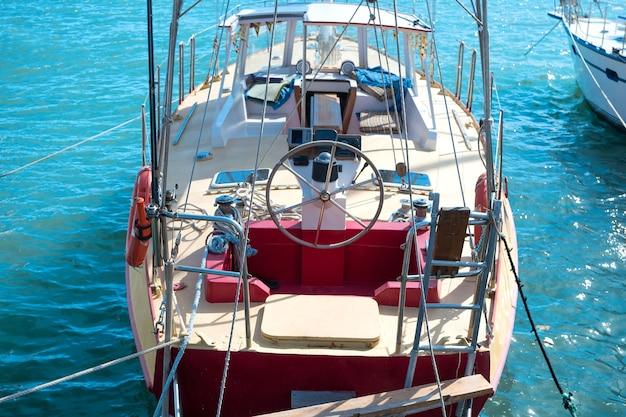 푸른 바다 물 배경으로 요트에 스티어링 휠