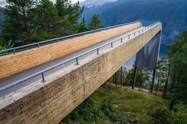 Смотровая площадка стегастейн на аурландс-фьорде. аурландсвеген, согн-ог-фьордане, норвегия
