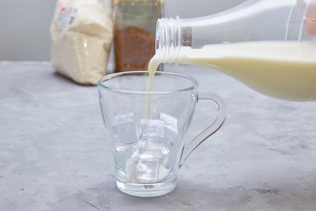 Шаг 6. далгона кофе. пошаговая кулинария. налейте молоко в чашку. добавьте лед по желанию.