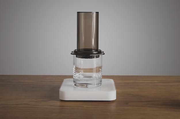단계별 에어로 프레스 커피 준비 투명 위스키 록스 글라스에 장착 된 에어로 프레스 전문 커피 브루 잉 카페 숍