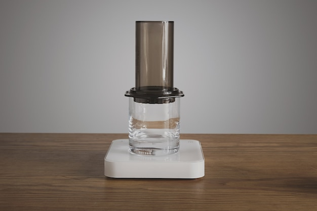 Preparazione del caffè aero press passo dopo passo aeropress montato su vetro trasparente whisky rox caffetteria professionale per la produzione di caffè
