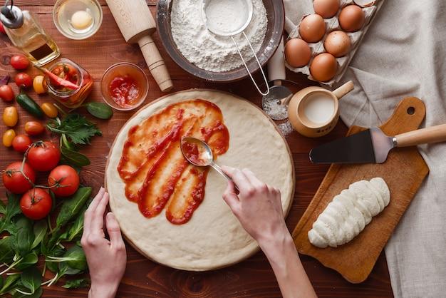 Пошаговый босс делает пиццу маргарита. ингредиенты для теста и пиццы