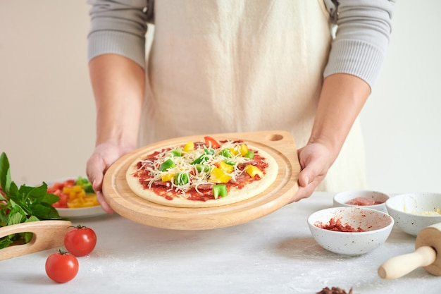 Step-by-step boss makes a pizza margarita
