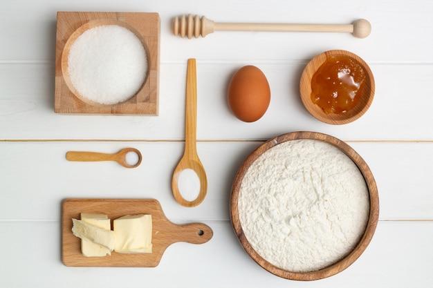 Пошаговая инструкция рецепта торта в форме сердца. ингредиенты для выпечки. сливочная мука сахар яичная мед содовая соль. плоская планировка.