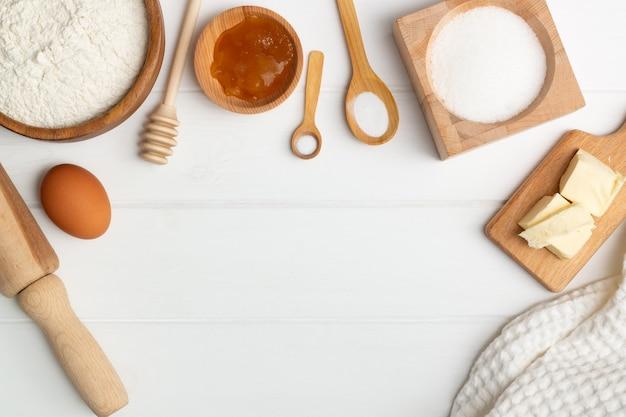 Пошаговая инструкция рецепта торта в форме сердца. состав: пюре мука сахар яичный мед содовая соль. плоская планировка. копировать пространство
