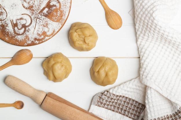 Пошаговая инструкция рецепта торта в форме сердца. шаг 4. разделить тесто на три равные части ровным слоем.