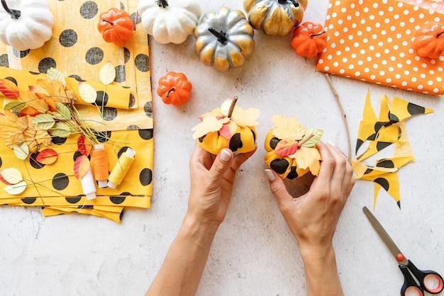 Пошаговая инструкция по изготовлению текстильной поделки из тыквы на хэллоуин своими руками. шаг 8 - тыквы готовы, делаем две-три. плоская планировка, вид сверху