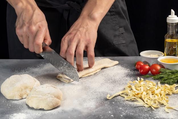 自家製麺を作るためのステップバイステップの説明。料理人が生地を切っています