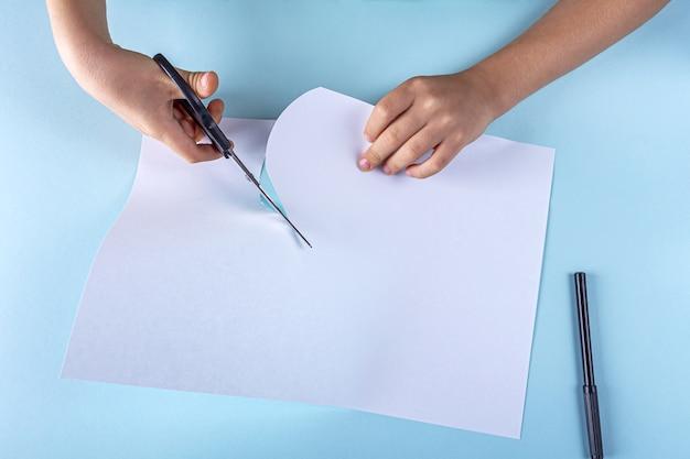 紙から幽霊を作るステップバイステップの説明