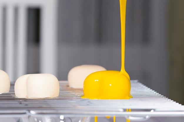 거울 유약으로 무스 케이크를 만드는 단계별 과정. 프랑스 디저트 요리. 케이크에 얼어 붙은 거울 장식. 제빵 및 제과 개념.
