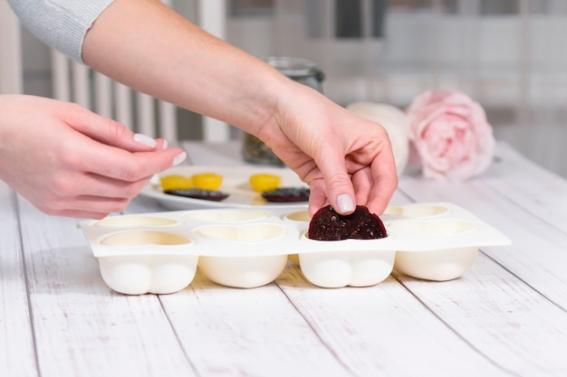 거울 유약으로 무스 케이크를 만드는 단계별 과정