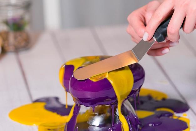 거울 유약으로 무스 케이크를 만드는 단계별 과정. 프리미엄 사진