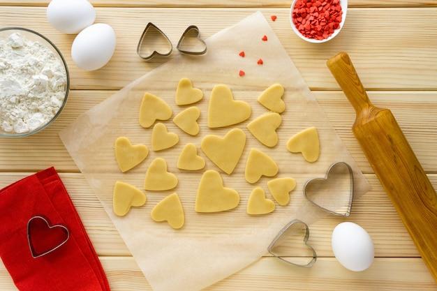 バレンタインデーのクッキーを作るステップバイステップのレシピ。ハートの形にビスケットを切る