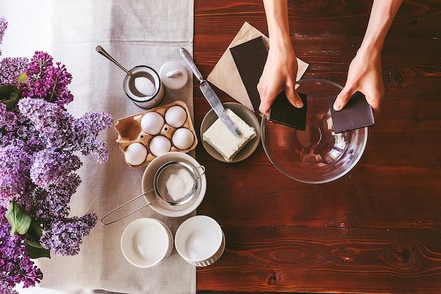 요리사는 초콜릿 퐁당이라는 디저트를 단계별로 준비합니다. 클래식 레시피.