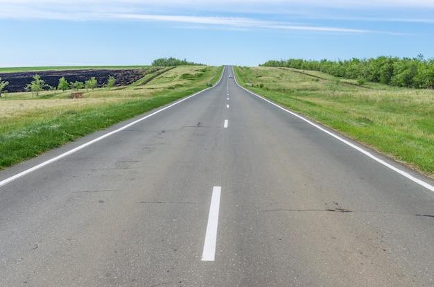 地平線まで伸びる草原高速道路